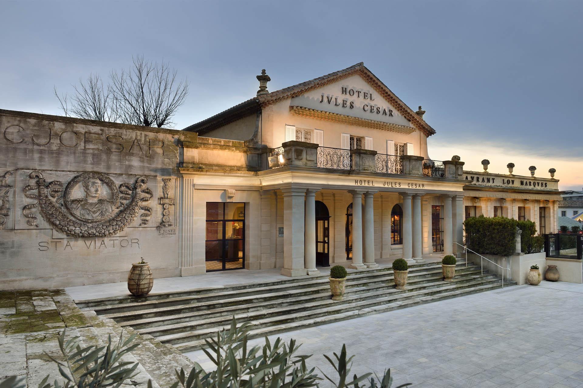 Découvrez l'Hôtel Jules César, hôtel de caractère signé Christian Lacroix, lors d'un séjour ensoleillé au cœur d'Arles !